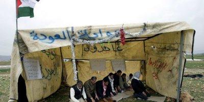 4361875_3_4c0f_des-militants-palestiniens-prient-dans-un-abri_fb01e48d9088fed7018f9c6196889f96