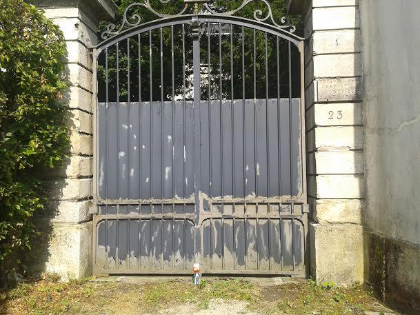 mme terre devant le portail prevost