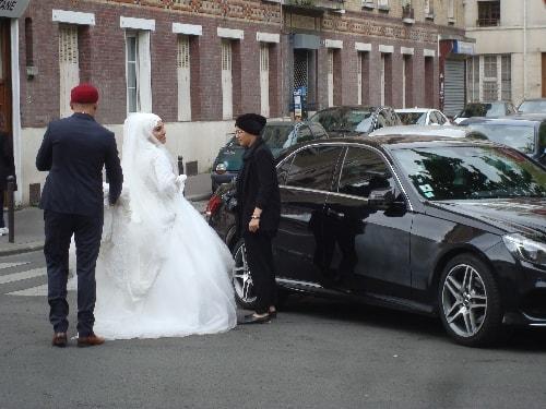 mariés à la sortie de la mosquée-min