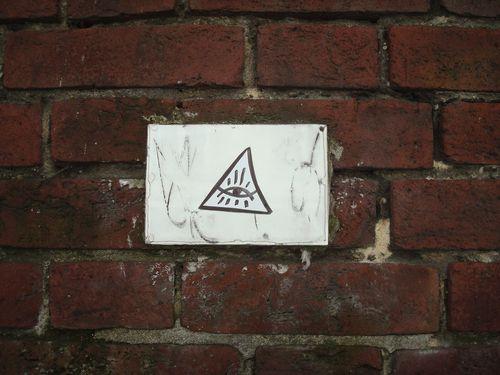 sur le mur du cimetiere montmartre 1