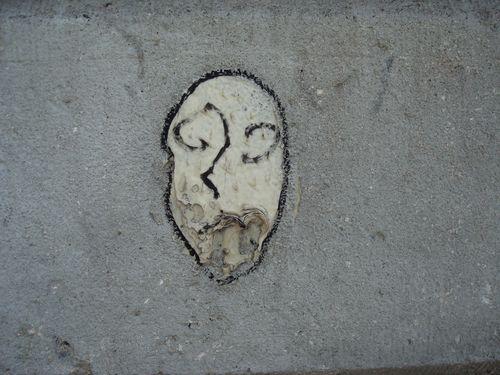 sur le mur du cimetiere montmartre 3