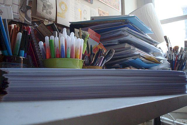 ma thèse en l'état actuel, imprimée du jour, avec en arrière-plan les éléments de travail qui la nourrissent