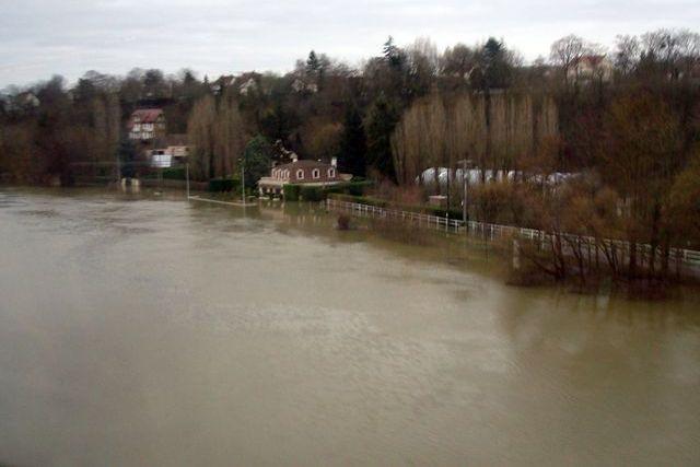 Où l'Oise rejoint la Seine, les maisons ont les pieds dans l'eau