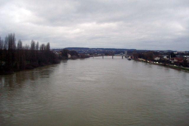 la Seine en aval de Paris, débordant sur ses berges