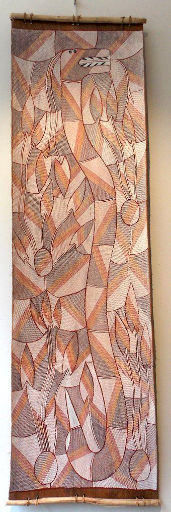 """Jennifer Wurrkidj, """"Ngalyod"""" (Serpent arc-en-ciel), ocre sur écorce, 144 x 41 cm"""