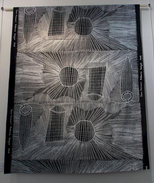 """""""Ka-milemarnbun"""", sérigraphie sur lin de Susan Marawarr, qui travaille beaucoup en noir et blanc (sur écorce aussi) avec des effets magnifiques"""