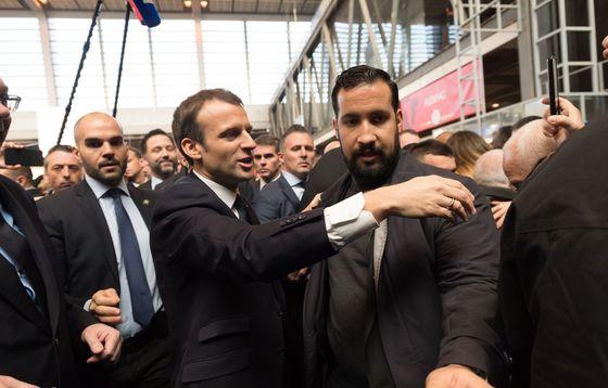 Emmanuel Macron et Alexandre Benalla au salon de l'agriculture le 24 mars 2018. — WITT/SIPA