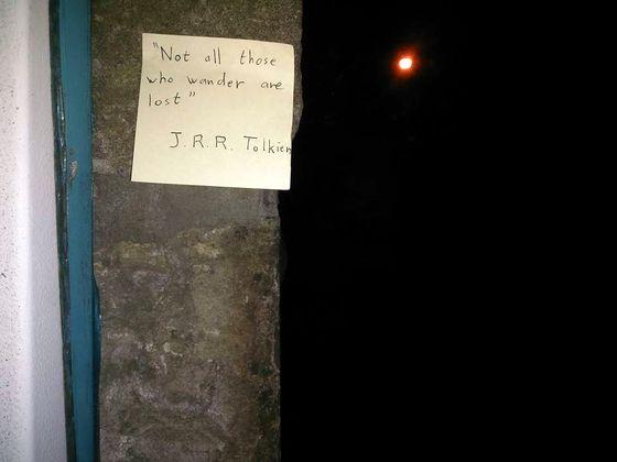 """Un PostIt Tolkien à Edimbourg : """"Ceux qui errent ne sont pas tous perdus"""" (sur la photo, caché dans la nuit, un jardin)"""