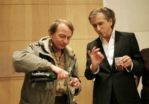 """""""BHL partage une bouteille de vin avec un clochard"""". Source photo : le Tumblr 'BHL fait des trucs'"""