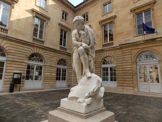 Champollion songe dans la cour du Collège de France