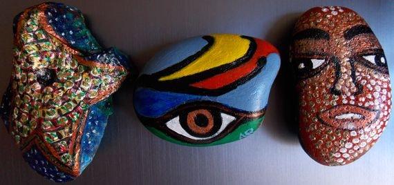Le silex (à gauche de l'image en haut et en bas) sur ses deux faces, et les galets, en haut sur leur face peinte récemment, en bas sur la face peinte il y a quelque temps (ce furent mes tout premiers galets peints)