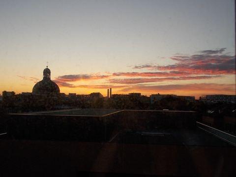 Le jour se lève sur l'hôpital et sa chapelle