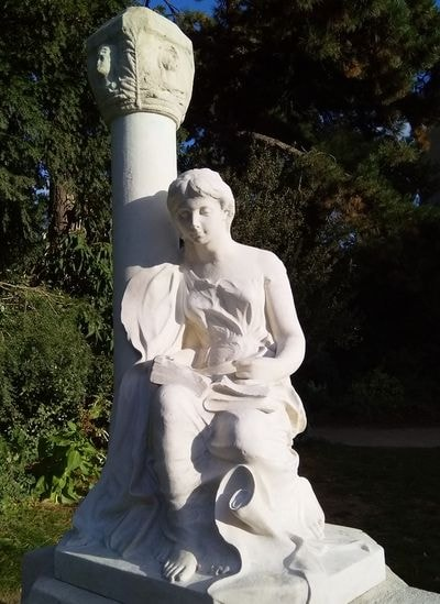 statue dédiée à l'archéologue Gabriel de Mortillet. Hier aux arènes de Lutèce, photo Alina Reyes