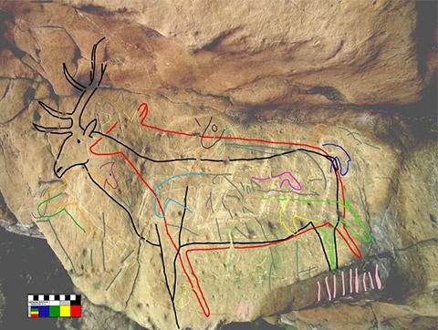 TRACÉ DE PÉTROGLYPHES SUPERPOSÉS, CRESWELL CRAGS. Il s'agirait des œuvres rupestres les plus anciennes répertoriées, puisqu'elles datent de l'ère glaciaire (43 000 ans). Photo : stone-circles.org.uk