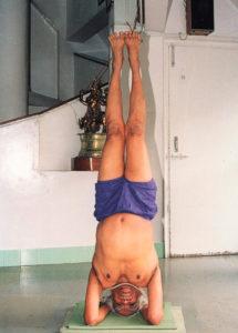 Iyengar en sirsasana en 1998. Jusqu'à un âge très avancé, il tenait cette posture pendant une demi-heure.