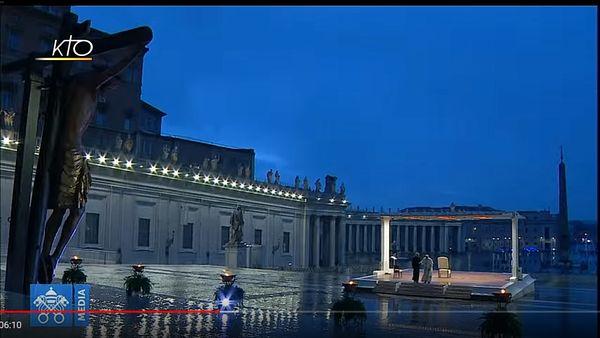 Le pape quitte la place Saint-Pierre déserte, où il a célébré une bénédiction urbi et orbi sans personne, ce 27 mars