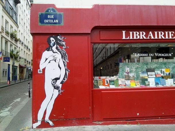 Vénus masquée, une nouvelle œuvre de Street Art sur le mur d'une librairie à Paris 5e