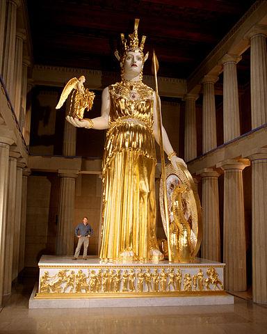 Réplique par Alan LeQuire, pour le Parthénon répliqué de Nashville, de la statue d'Athéna créée par Phidias, aujourd'hui perdue (photo Dean Dixon pour wikimedia)