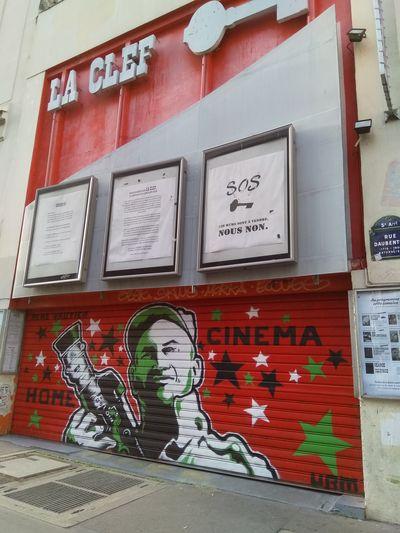René Vautier sur le rideau de fer du cinéma La Clef, cet après-midi à Paris, photo Alina Reyes
